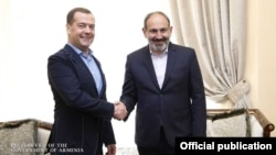 Премьер-министр Армении Никол Пашинян (справа) и глава правительства РФ Дмитрий Медведев, Ереван, 29 апреля 2019 г.