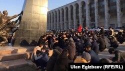 Бишкекда Инқилоб қурбонлари хотирасига Қуръон тиловат қилинмоқда.
