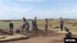 Археологи на раскопках кургана недалеко от Темиртау. Карагандинская область, июль 2009 года.