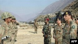ژنرال اشفق کیانی (راست) تا ماه نوامبر معاون پرویز مشرف در ارتش بود.