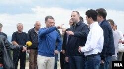 Kreu i VMRO-DPMNE-së, Nikolla Gruevski, duke inspektuar një program grantesh që nisi në kohën kur partia e tij ishte në pushtet.