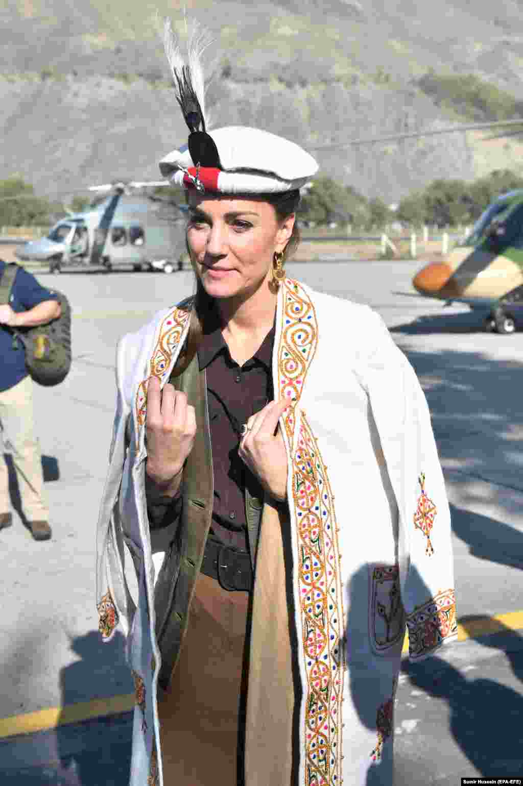The feathered cap is the same kind worn by William's mother, Princess Diana, during her 1991 visit to Pakistan.