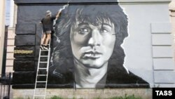 Граффити-портрет Викторя Цоя в Санкт-Петербурге. Иллюстративное фото.