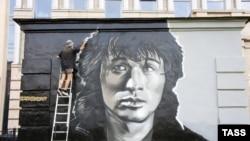 Граффити-портрет Виктора Цоя в Санкт-Петербурге. Иллюстративное фото.