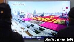 Пхеньяндағы әскери парада трансляциясы (Көрнекі сурет).