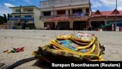 Таиландтың оңтүстігіндегі Наратхиват провинциясында жарылыс болған жерде жатқан оқушы сөмкесі. 6 қыркүйек 2016 жыл. (Көрнекі сурет.)