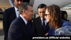 В аэропорту Нью-Йорка президента Узбекистана Шавката Мирзиеева встретила председатель Американо-Узбекской торговой палаты Кэролин Лэмм. Фото с сайта president.uz.