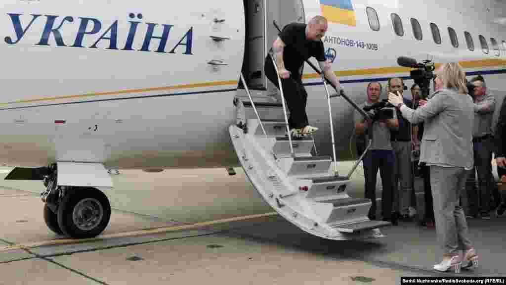 Кримськотатарський громадський активістЕдем Бекіров ступає на українську землю