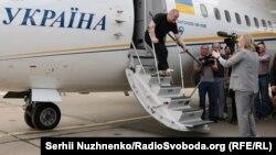 Едем Бекіров сходить із трапу літака, який привіз його до Києва, 7 вересня 2019 року