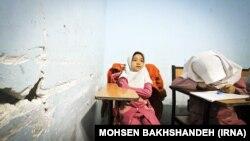 یک دختربچه افغان مشغول به تحصیل در یکی از مدارس خودگردان در ایران