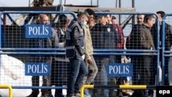 Грекиядагы Лесбос аралынан жүзгө жакын мигрант кеме менен Түркиянын Дикили портуна жеткирилди.