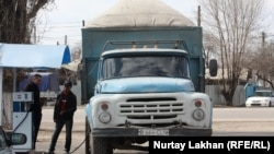 Грузовой автомобиль заправляется автогазом. Алматы, 28 марта 2014 года.