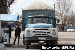 На автозаправке. Алматы, 28 марта 2014 года.