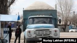 Газбен жүретін жүк көлігіне отын құйып тұрған жүргізуші. Алматы, 28 наурыз 2014 жыл.