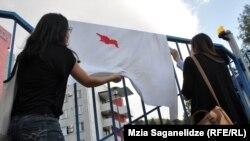 Arxiv fotosu: Gürcüstanda gəlinlərə bakirəlik yoxlamasına qarşı etiraz aksiyası. 30 iyul 2013
