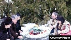 Ақтөбелік азаматтар батыр жерлестері Әлия Молдағұлованың зиратының басында. Монаково селосы, Псков облысы, Ресей. 30 қаңтар 2009 ж.