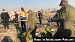 Рятувальники працюють на місці падіння літака, Тегеран, Іран, 8 січня 2020 року