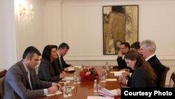 Presidentja e Kosovës Atifete Jahjaga dhe ndërmjetësuesi i bisedimeve mes Kosovës dhe Serbisë, Robert Kuper.