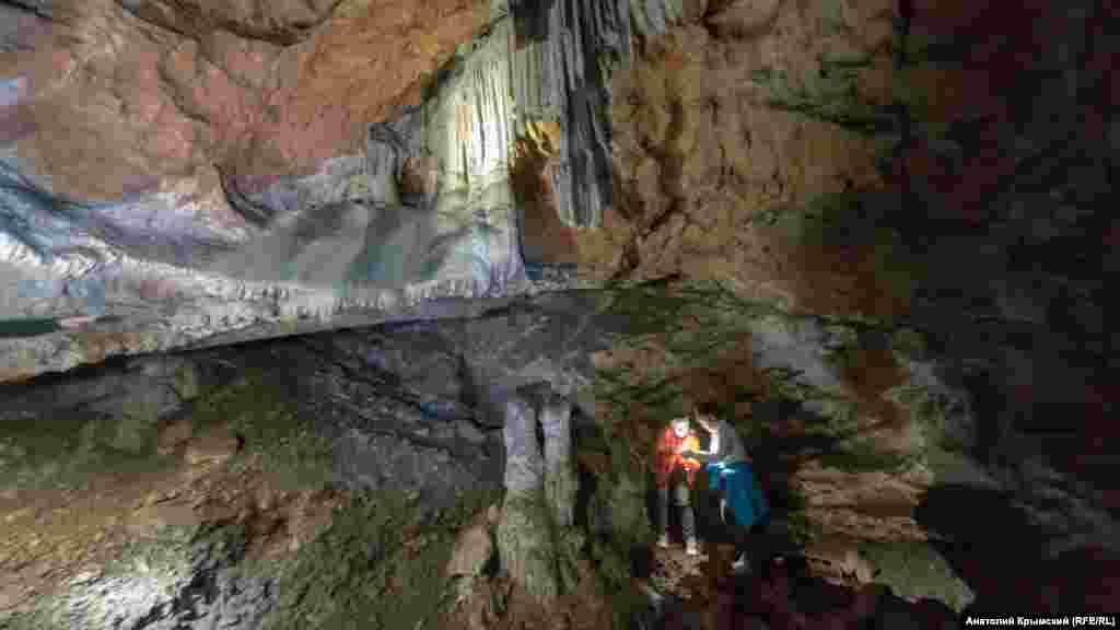 Археологические исследования в Ени-Сала 2 были проведены в 1961 году. После ученые пришли к выводу, что обнаруженные там кости животных и остатки костра вероятнее всего принадлежат неандертальцам эпохи мустье. Их возраст составлял более 50 тысяч лет
