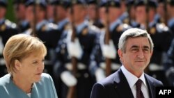 Germany -- Chancellor Angela Merkel and Armenian President Serzh Sarkisian inspect a military honor guard in Berlin, 22Jun2010