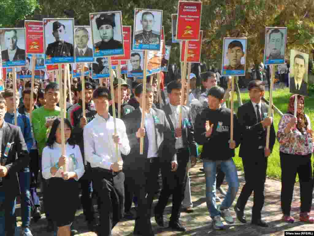 В марше «Бессмертный полк» в Шымкенте принимало участие и много учащейся молодежи.