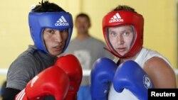 Қазақстан боксерлері Марина Вольнова (оң жақта) мен Ғани Жайлауов Goresbrook орталығында олимпиадаға дайындалып жатыр. Лондон, 26 шілде 2012 жыл.