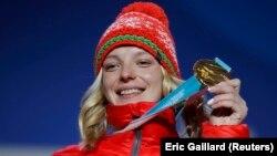 Ганна Гуськова з залатым алімпійскім мэдалём падчас цырымоніі ўзнагароджаньня, 17 лютага