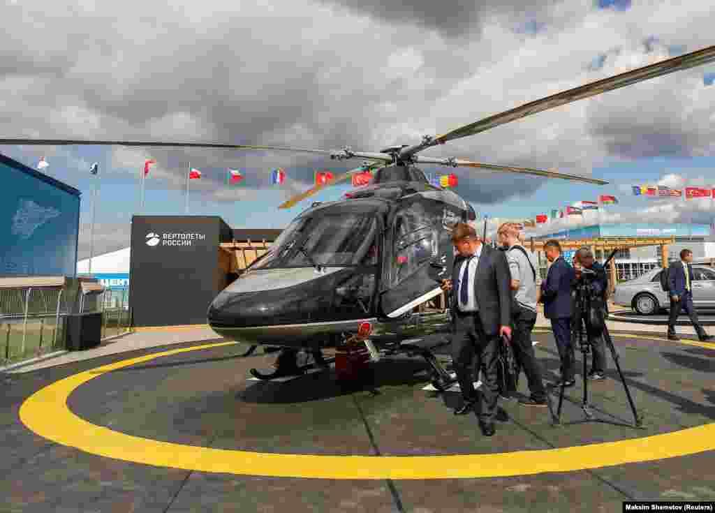 Посетители осматривают российский многоцелевой вертолет «Ансат». 27 августа 2019 года.