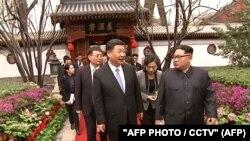 Си Цзиньпин и Ким Чен Ын во время встречи в Пекине