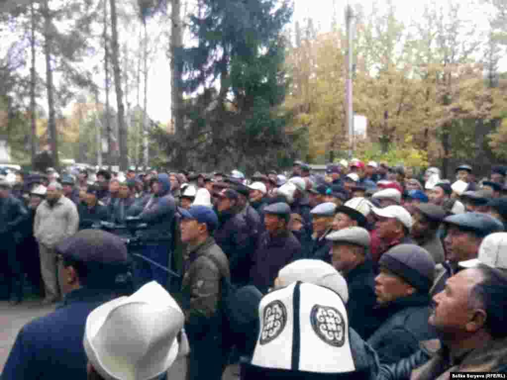 На встречу с участниками митинга выехали руководители области и района.