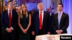 Трамп маалымат жыйынына балдары менен келди.