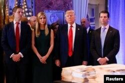 Дональд Трамп со своими детьми перед пресс-конференцией. Нью-Йорк, 11 января 2017 года.