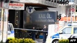 Спасувачи се обидуваат да им помогнат на жртвите од нападот со камион во Стокхолм на 7 април