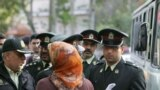 Polis İslam geyim tərzinə riayət etməyən qadına xəbərdarlıq edir, Tehran, 23 aprel 2007