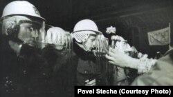 17 листопада 1989 року відбулася студентська демонстрація, яка була розігната поліцією. Це дало початок масовим протестам по всій Чехословаччині
