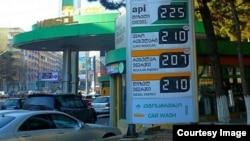 Рост цен на топливо наряду с падением курса лари по отношению к доллару оказался одним из самых неприятных новогодних сюрпризов: в последние недели грузинские потребители с недоумением наблюдают за растущими ценами на бензоколонках. фото автора