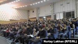 Студенты слушают лекцию акына Рината Заитова. Алматы. 6 октября 2016 года.