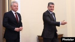 Armenia - Prime Minister Tigran Sarkisian (R) and Customs Union chief Viktor Khristenko meet in Yerevan, 6Nov2013.