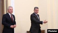 Премьер-министр Армении Тигран Саргсян (справа) и председатель коллегии Евразийской экономической коммиссии Виктор Христенко во время встречи Ереване, 6 ноября 2013 г.