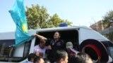 Полиция Алматыдағы Панфилов көшесінің бойында адамдардың бірін ұстап, көлікке салып жатыр. Қазақстан соты экстремистік деп таныған ҚДТ қозғалысы билікке қарсы наразылық шарасын осы маңда өткізуге шақырған.Алматы, 21 қыркүйек 2019 жыл.
