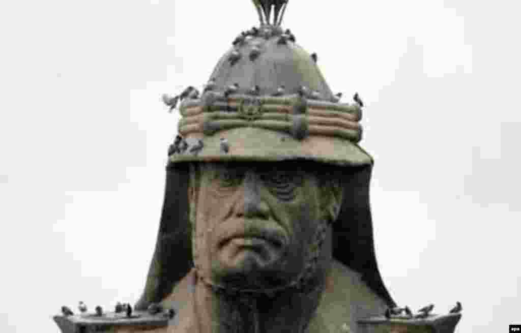 Iraq -- Workers ready for removal one of Baghdad's last bronze busts of Saddam Hussein from one of his many palaces in the capital, 02Dec2003. - Säddam Xösäyenneñ Bağdadtağı sını 2003neñ 2 Dikäberendä alındı. AQŞ citäklägän koalitsiä köçläre kerügä Ğiraq xökümäte tizdän işelep töşte, berniçä atna eçendä bar il diärlek basıp alındı. Xösäyen üze ozaq qına ezläwdä buldı. (epa)