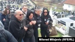 Neutješna majka Suzana Radanović na groblju (u sredini)