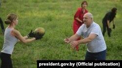 Пасьля сустрэчы з Джонам Болтанам Аляксандар Лукашэнка зьбірае кавуны на сваім агародзе