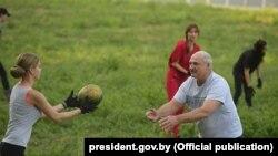 Лукашенко збирає кавуни з дівчатами зі служби протоколу