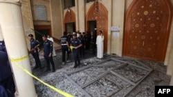 Policia në xhaminë në Kuvajt ku është kryer sulmi vetëvrasës me bombë