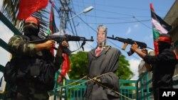 Militanți palestinieni din Frontul Popular de Elinerare a Palestinei în cursul unui protest anti-american în Gaza