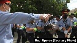 در قزاقستاندهها طرفدار دو حزب اپوزیسیونبازداشت شده اند.