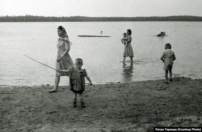 Працоўныя швейнай фабрыкі зь дзецьмі на возеры Сьвіцязь, 1960-я гады