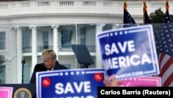 Donald Trump távozó amerikai elnök beszél az őt támogató tüntetőkhöz Washingtonban