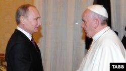 Ресей президенті Владимир Путин (сол жақта) мен Рим папасы Франциск. Ватикан, 25 қараша 2013 жыл.